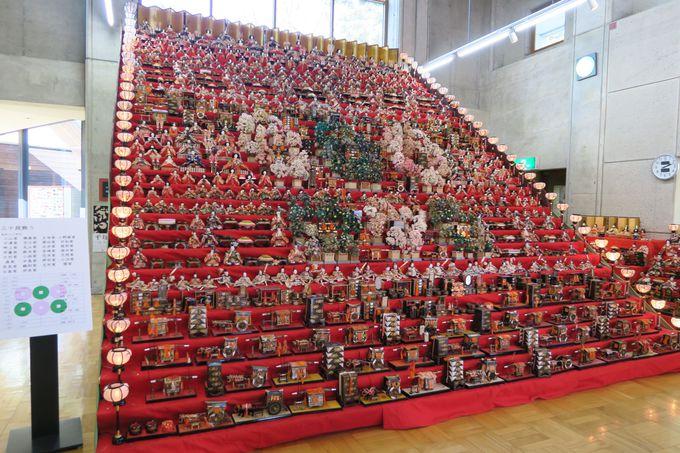 高さ6m!約1000体を使った豪華絢爛な三十段飾りは一番の見所!