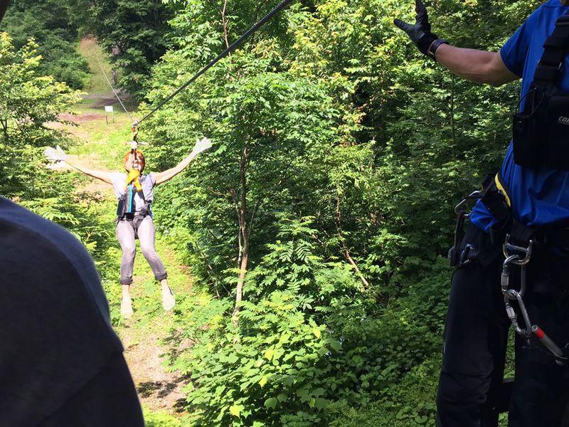 爽快ジップライン!新潟「湯沢高原スキー場アルプの里」で空を飛ぶような体験を
