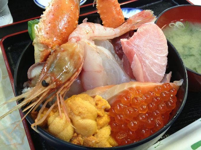 札幌市中央卸売市場場外市場「魚屋の台所」でウニ入り海鮮丼!