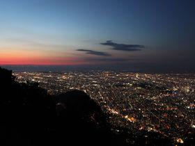 世界初のミニケーブルカーで登る、北海道の三大夜景・藻岩山‼
