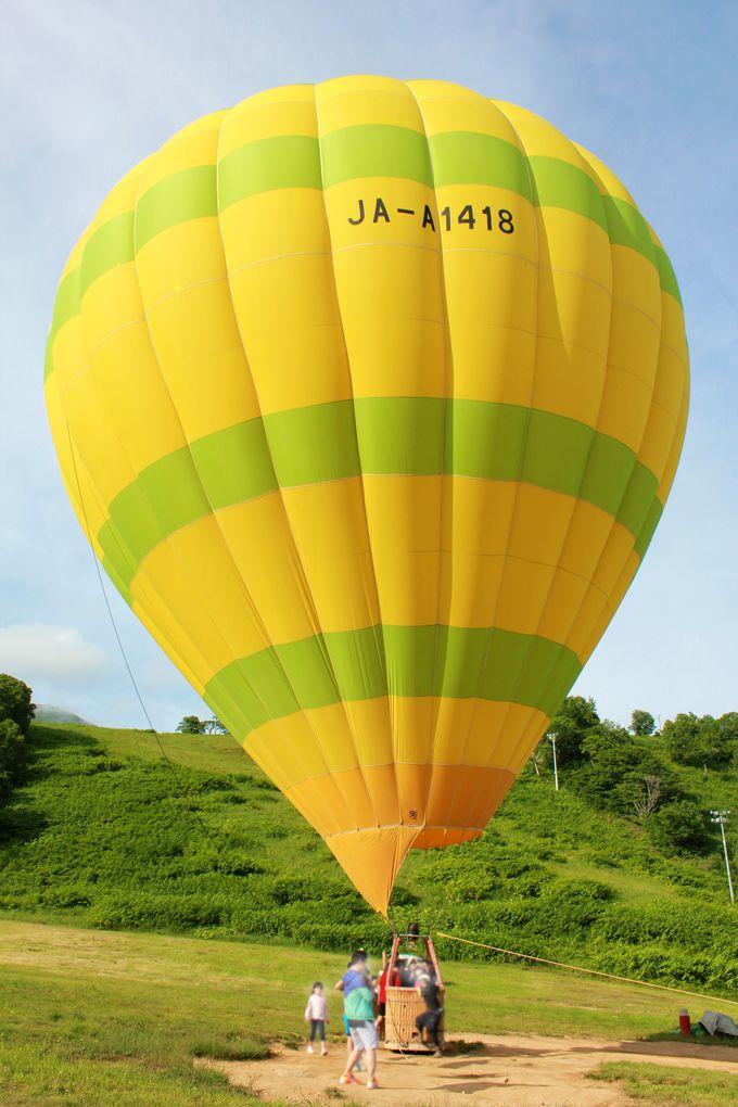 青空に映える大きな気球に乗り込み、空の旅へ!