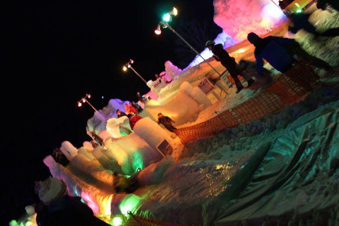 氷の滑り台で童心に返る!
