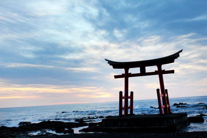 海に佇む鳥居に夕日が溶ける!神秘的な「金比羅神社」
