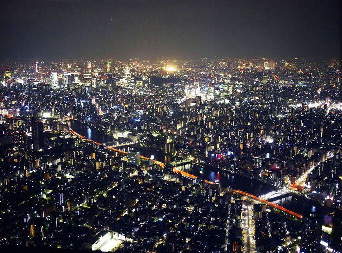 世界一とも言われる東京夜景。遥か遠くまで光の筋が伸びる大パノラマ