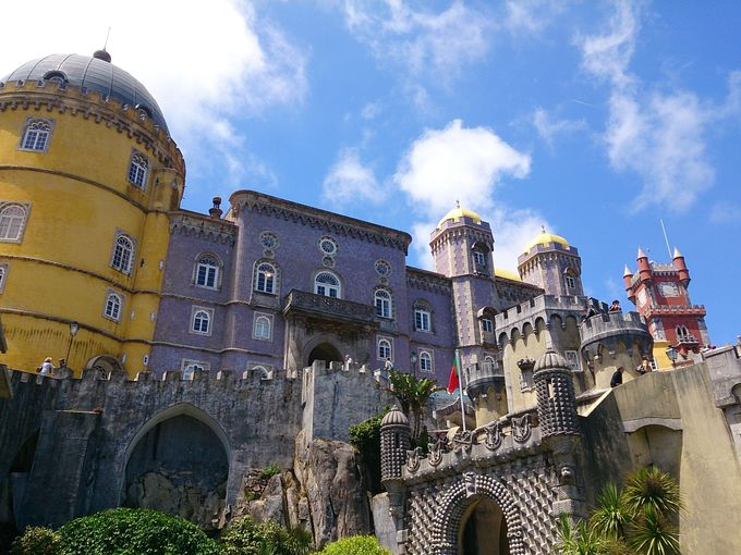 緑深い山頂に佇むカラフルなおとぎ話の宮殿『ペーナ宮殿』