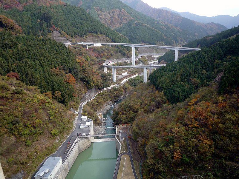 秋の紅葉が映える「滝沢ダム」