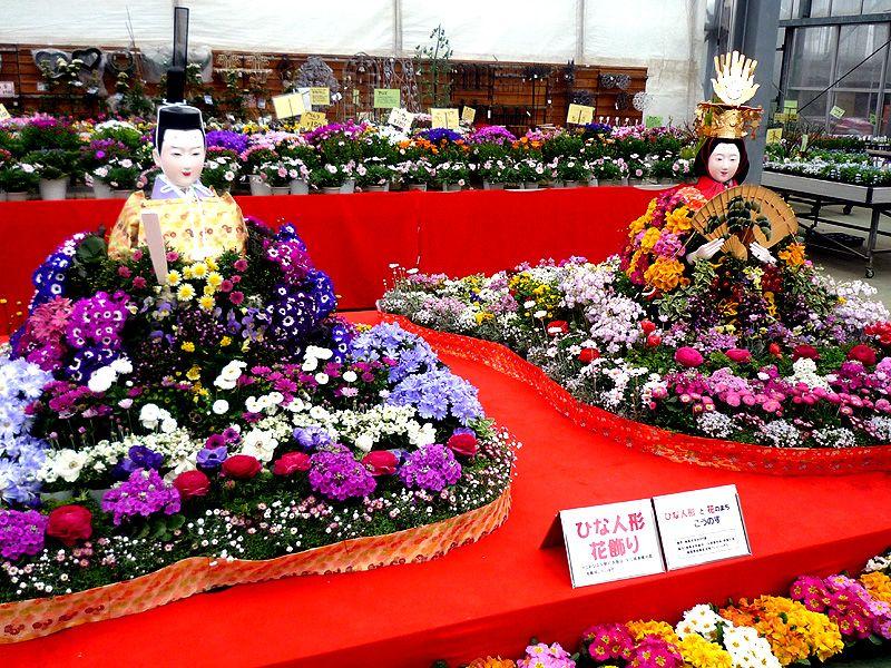 花々で彩られたひな祭り