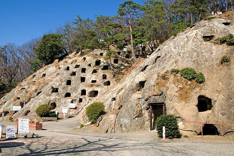 埼玉のカッパドキア!古墳時代から存在する不思議な横穴「吉見百穴」