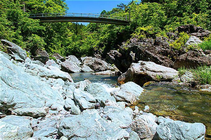 江戸時代から親しまれた「三波石峡」