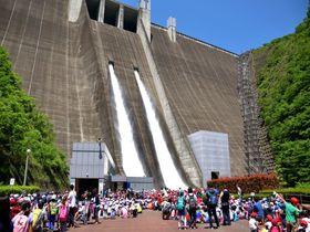 豪快・爽快・放流ショー!相模原市「宮ケ瀬湖」はダムのテーマパーク