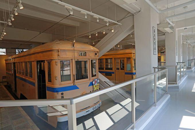 館内に7両の電車を保存