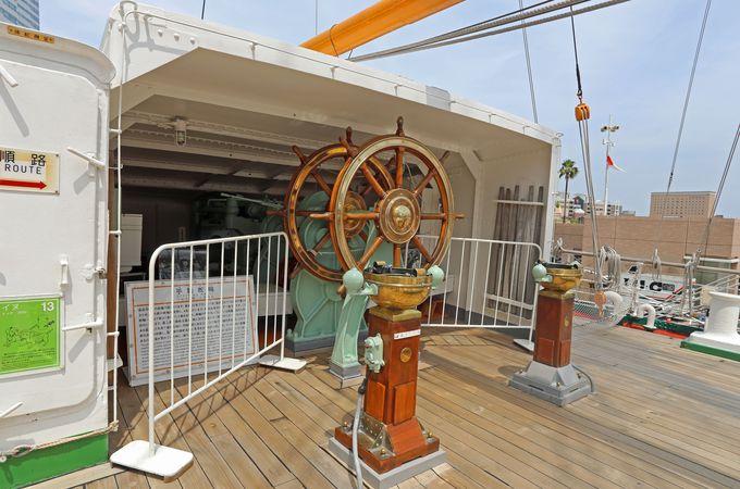 船の後方に設置された手動の舵輪