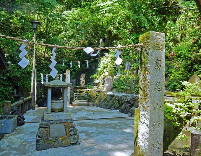 修験者の姿も見られる琵琶滝