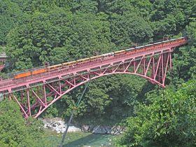 北アルプスのV字谷を走るトロッコ列車!富山・黒部峡谷鉄道の魅力