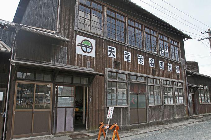 駅構内には木造の建物が並ぶ