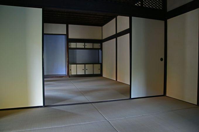 江戸時代の暮らしぶりを伝える古民家の屋内