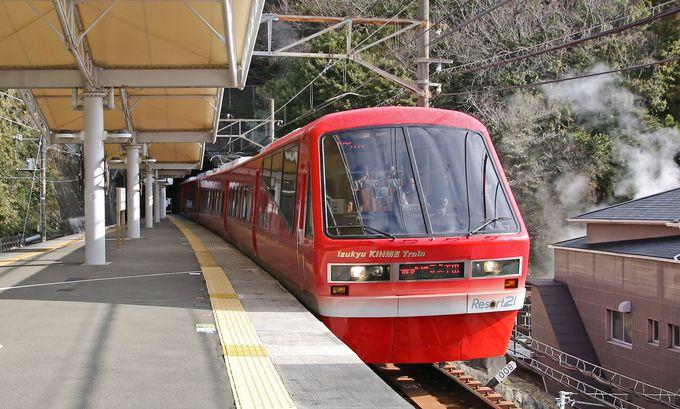 伊豆を走る赤い電車