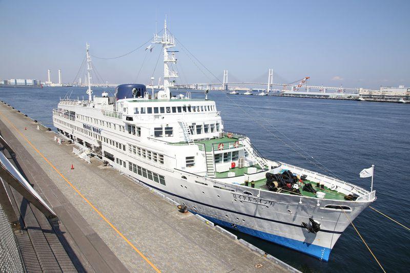 横浜港レストラン船「ロイヤルウィング」で優雅なひとときを