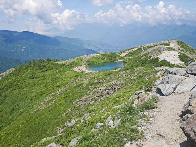 八方池からは本格的な登山道を歩きます