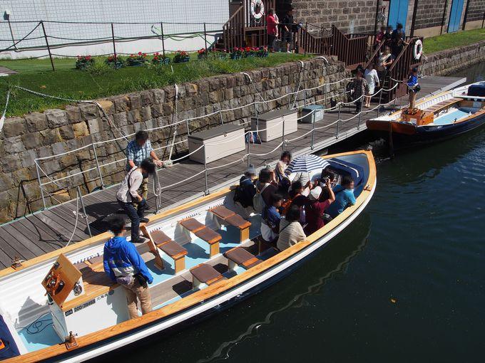 チケット販売所に隣接する船乗り場で、小樽運河クルーズに乗船