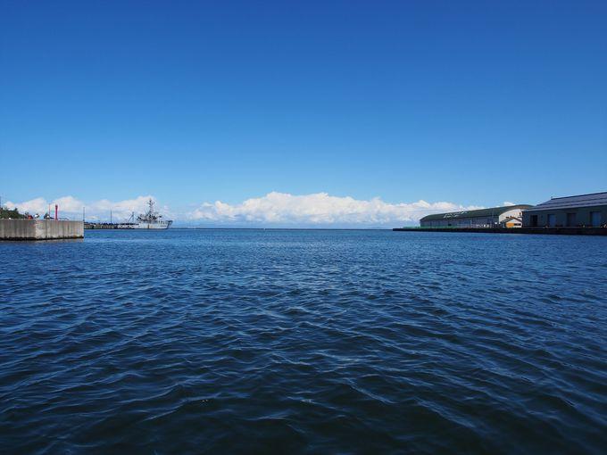 船は小樽運河から出て、小樽港へと進む