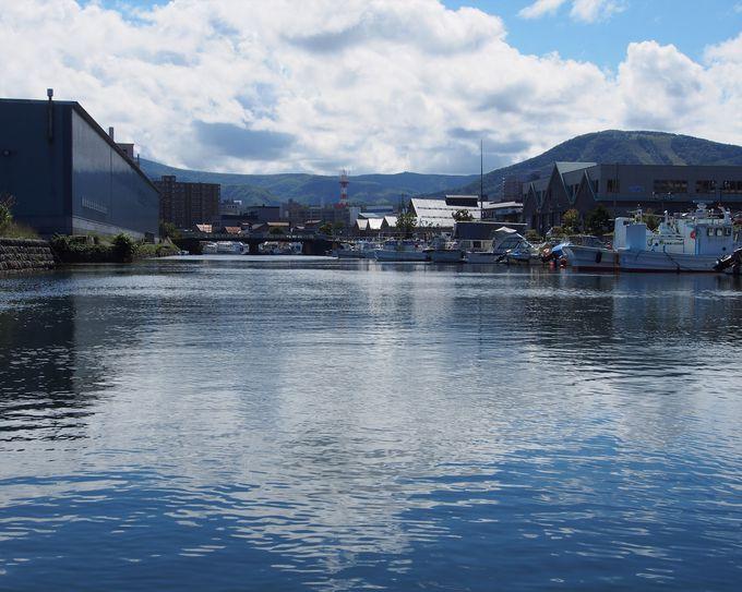 小樽運河クルーズは、漁船が停泊している北運河もクルージング