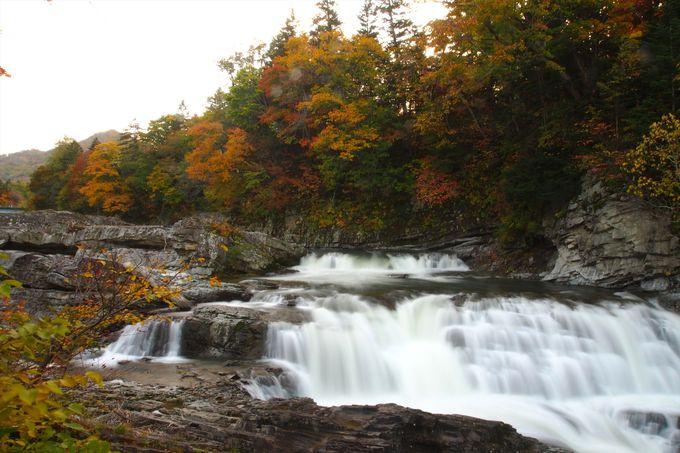 迫力ある三段滝と紅葉のコラボレーション