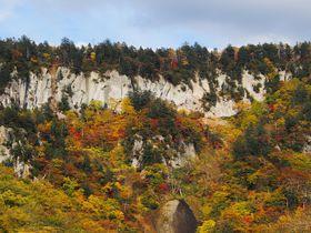 北海道「天人峡」は絶壁を彩る紅葉が美しい!渓谷に訪れる秋を見よう