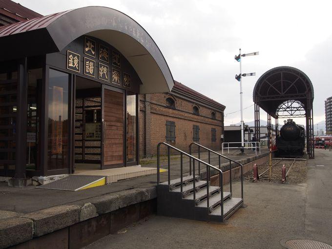 工場敷地内にある、レンガ造りの「北海道鉄道技術館」