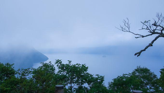 霧と摩周湖が作り出す幻想的な光景