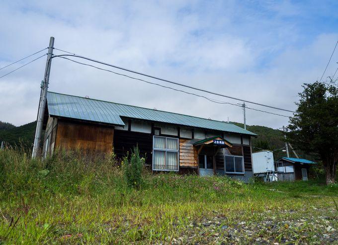 秘境駅にふさわしい古びた木造駅舎
