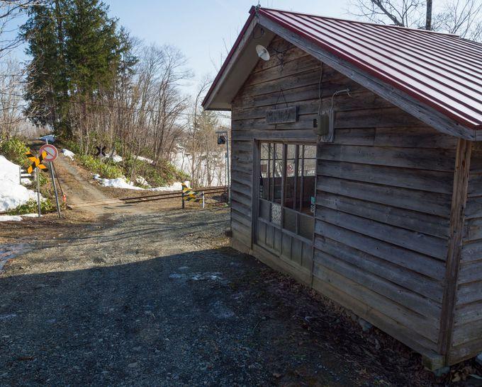 木造の山小屋のような駅舎は、中に備品が豊富