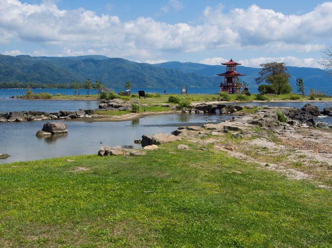 二重の塔がとても印象深い湖岸の風景