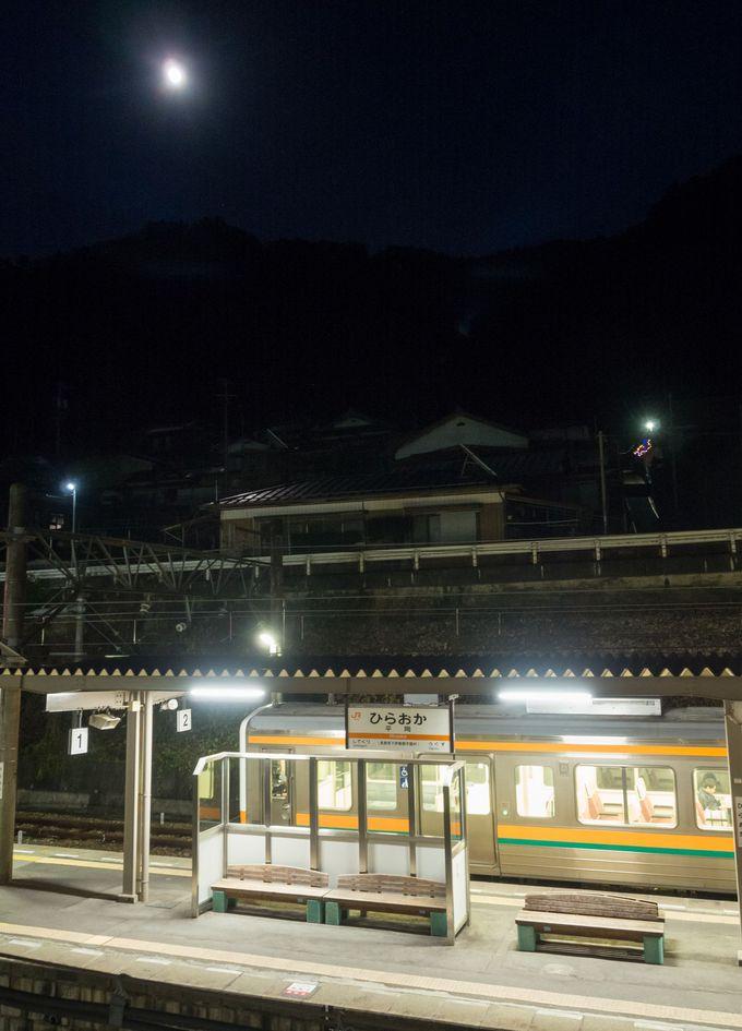 寝室から駅ホームが見られる「ふれあいステーション龍泉閣」
