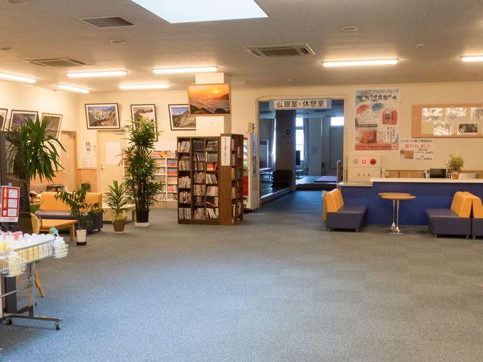 ホールにはフロントのほか、売店や漫画コーナーなど