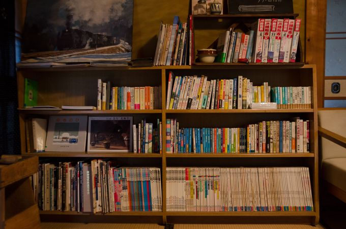 日本家屋の居間にて図書館利用タイム。休憩ができる貴重な空間