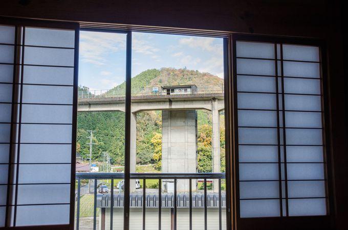 「うづい通信部」2階の窓からは、宇都井駅が鑑賞し放題!