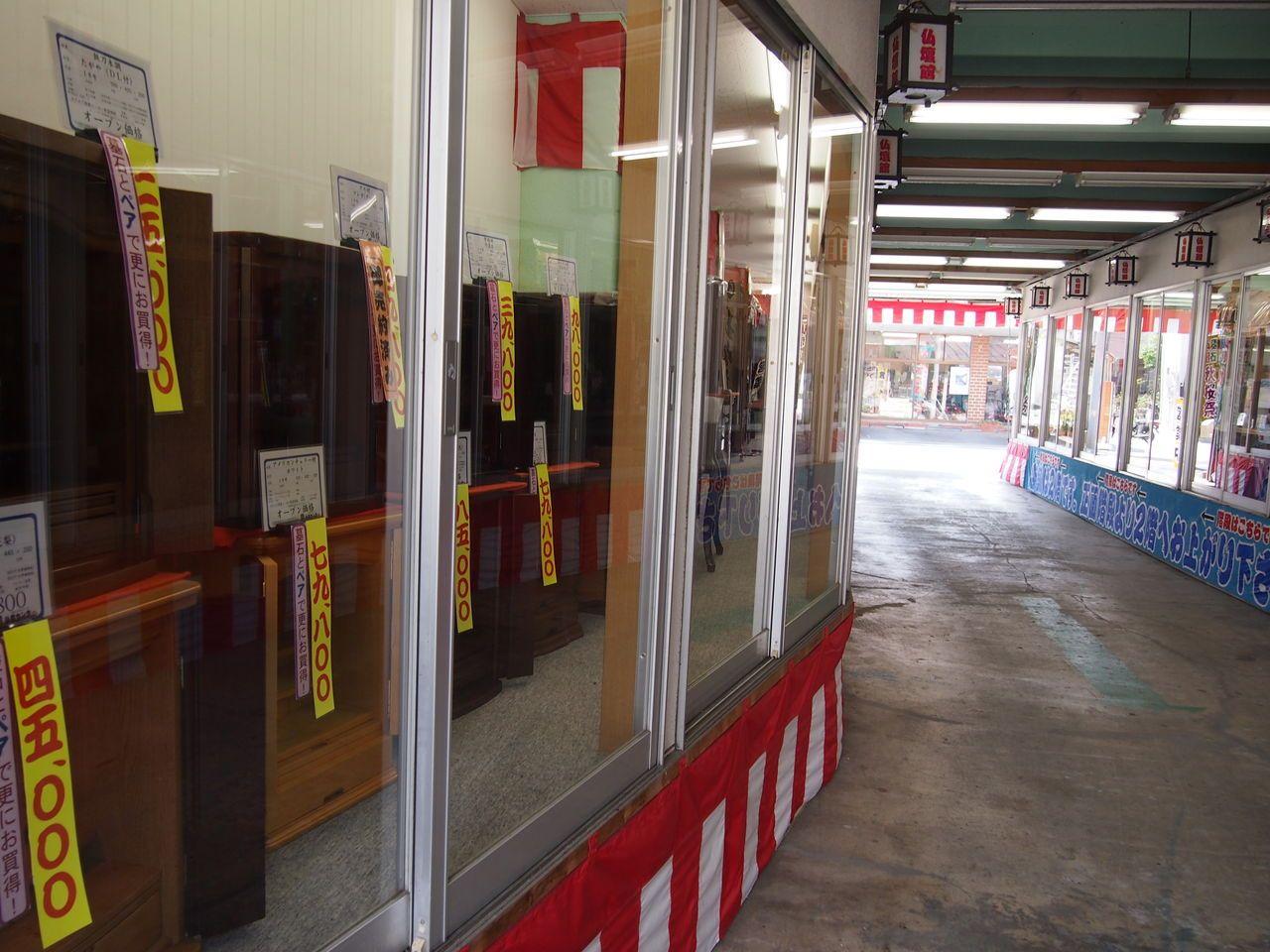 ショーケースに50台の仏壇が並ぶ