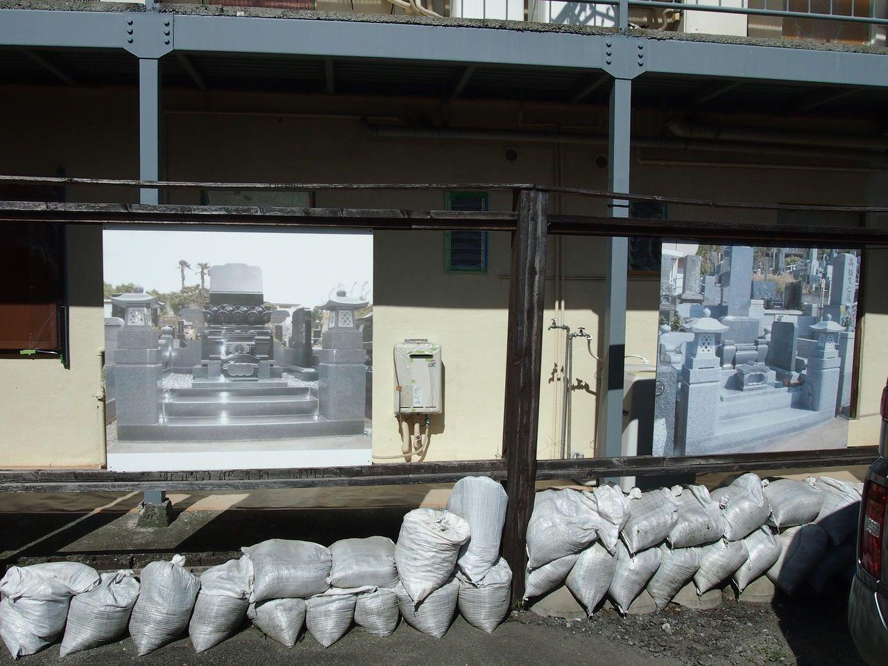 駐車スペースには墓石のパネル展示がされている