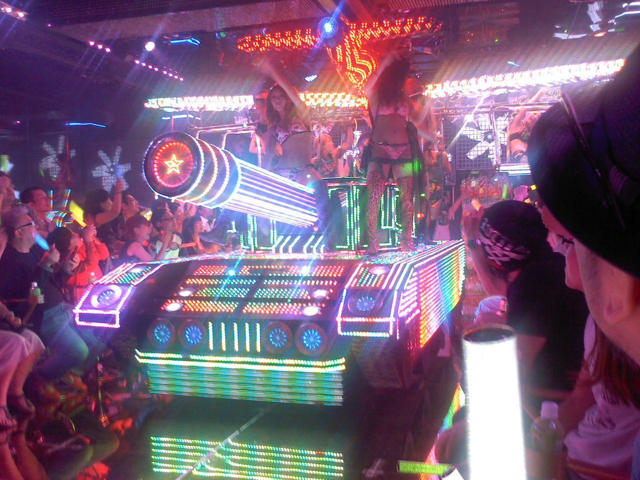 ショーを超えて祭りの領域「ロボットレストラン」