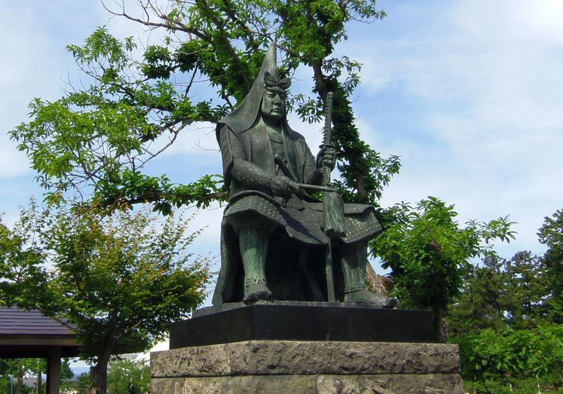 有名武将や藩主の銅像や石碑が並ぶ米沢城址