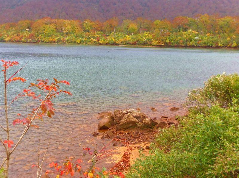 水辺を散策しながら紅葉を楽しむ〜須川湖