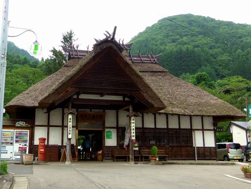 国内唯一の茅葺き屋根の駅!湯野上温泉駅は、ロケーションも駅舎も素朴さが魅力