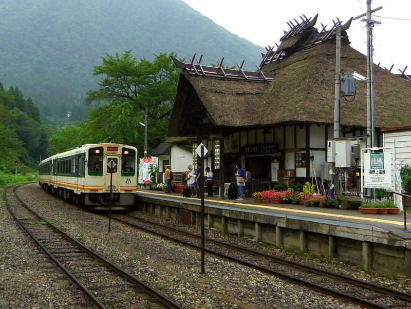 茅葺き屋根の駅舎は日本でここだけ!会津鉄道・湯野上温泉駅