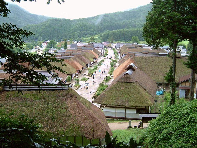 湯野上温泉駅は、茅葺き屋根の町並で有名な「大内宿」の最寄駅です