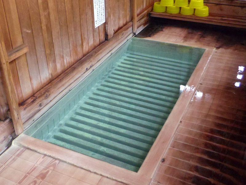 これが源泉の真上に入る「すのこの湯」だ!(自噴源泉 すのこの湯 かわらや)