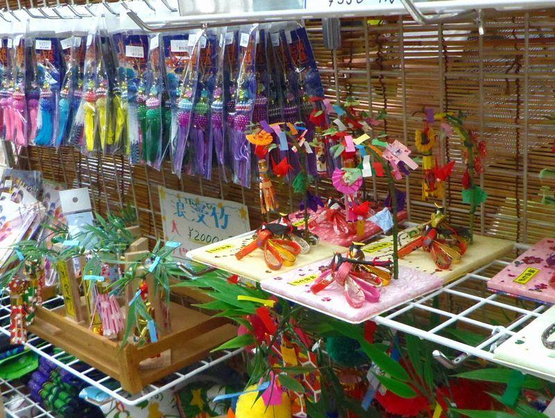 お勧めの土産は、ずばり七夕飾りのミニチュアやストラップ