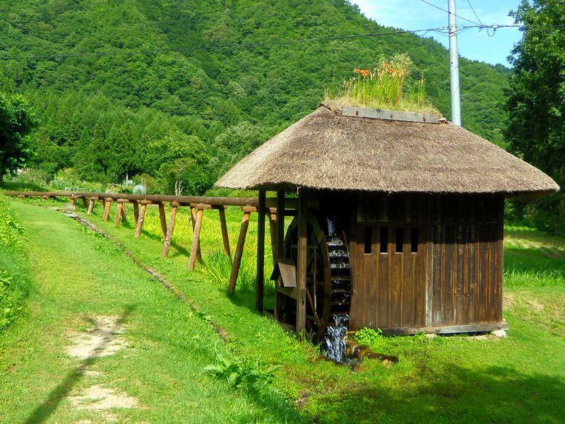 昔懐かしい水車小屋・バッタリ小屋がお出迎え