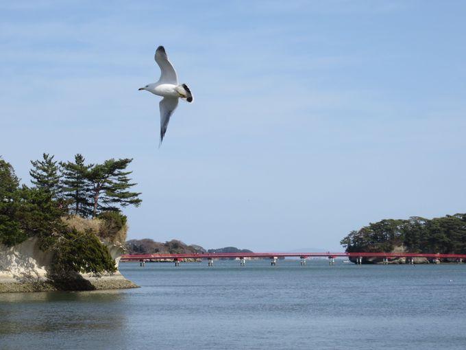 朱色の<福浦橋>を渡って<福浦島>へ