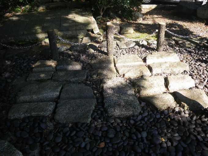 逢坂の関記念公園と蝉丸神社の車石
